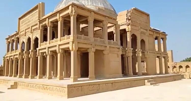 سندھ کے قدیم مکلی قبرستان میں مزار اور قبروں کی حالت خراب