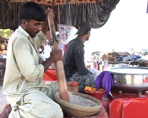 """سندھ میں جون جولائی کی گرمی کا توڑ لوگوں نے """"تھادل"""" میں ڈھونڈ لیا"""