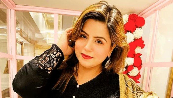 ٹک ٹاکر عائشہ اکرم نے شہرت کے لیے مینار پاکستان پر بیہودہ ڈرامہ رچایا؟