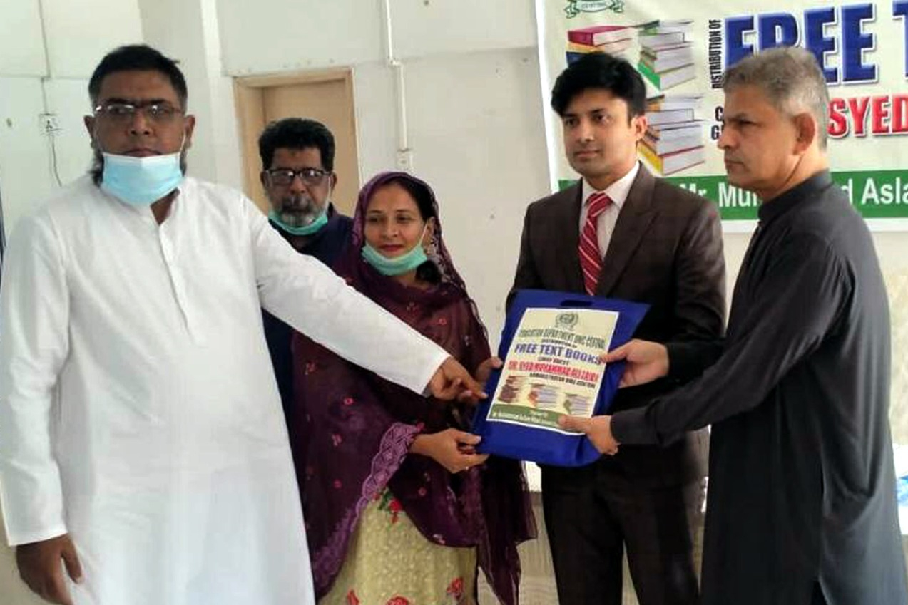 کراچی بلدیہ وسطی کے اسکولوں میں طلبہ کو مفت کتابیں تقسیم