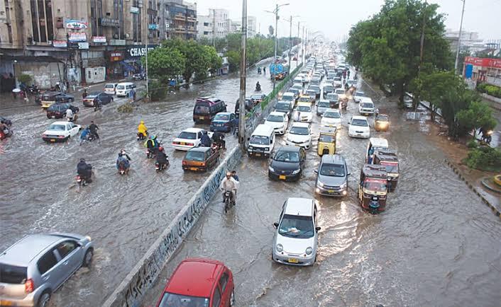 شہر قائد کے مختلف علاقوں میں بارش شروع ہوتے ہی بجلی غائب