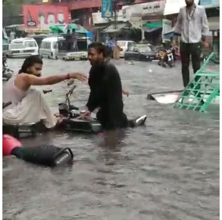 راولپنڈی میں ایک گھنٹہ کی  موسلا دھار بارش، موٹرسائیکلیں ڈوب گئیں